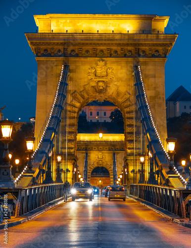 mata magnetyczna Kettenbrücke und Burgberg bei Nacht, Budapest