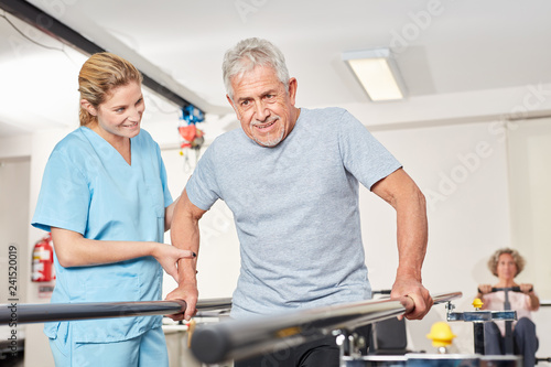 Alter Mann mit Physiotherapeutin am Laufband