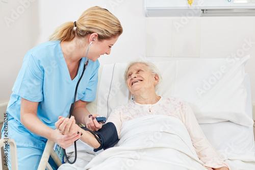Krankenschwester beim Blutdruck messen