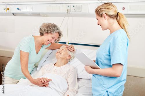 Leinwandbild Motiv Frau macht Krankenbesuch bei einer Seniorin