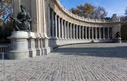 Detalle columnata junto a monumento a Alfonso XII Parque del Retiro