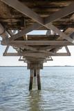 Parte de abajo de la estructura de una pasarela en los muelles del río