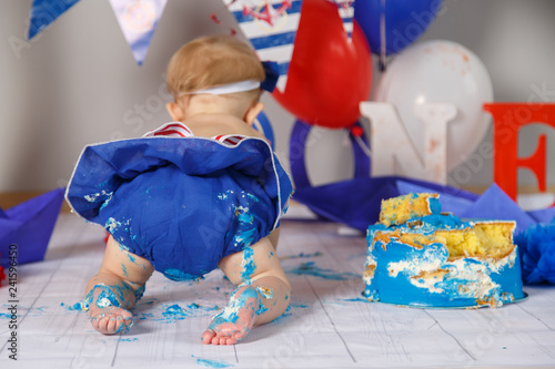 Leinwanddruck Bild first cake, one year old child, birthday, 2 years old, beautiful photozone in sea style, black-gold background, colored background, green