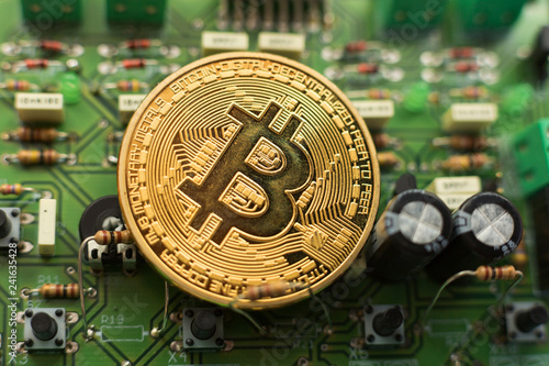 Leinwanddruck Bild Bitcoin gold coin on computer circuit board microchips. Electronic cryptocurrency.