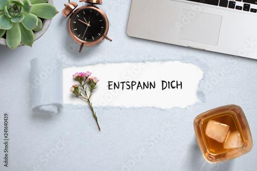 """Leinwanddruck Bild Nachricht """"Entspann Dich"""" und ein Drink mit Eiswürfeln beim Computer"""