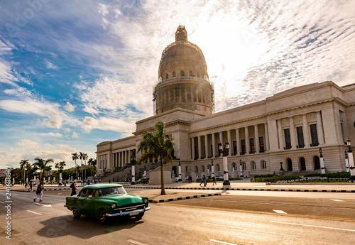 Leinwanddruck Bild Oldtimer im Centro von Havanna mit Capitolio