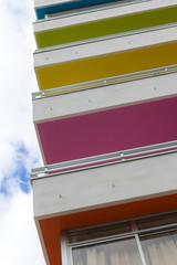 Detailansicht eines Hauses mit bunten Balkonen