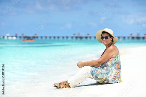 ältere Frau am Strand Malediven