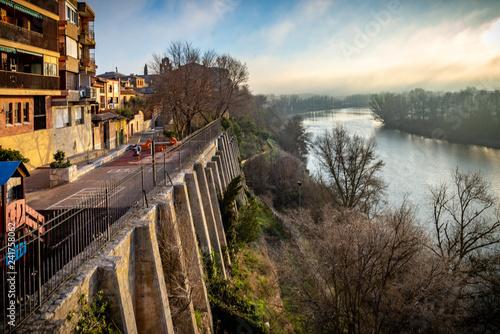 Vista de la rivera sobre el río Duero - Tordesillas la ciudad, Valladolid, España - 241758062