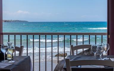 Restaurant au bord de la plage de sicile © enrico
