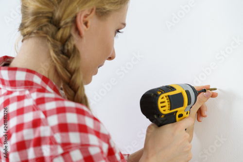 Foto Murales Woman drilling in wall