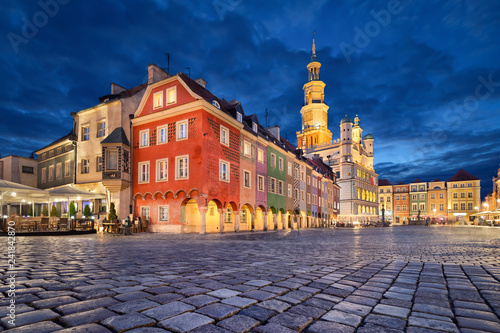 Fototapety, obrazy :  Poznan, Poland. Stary Rynek square with small colorful houses and old Town Hall at dusk