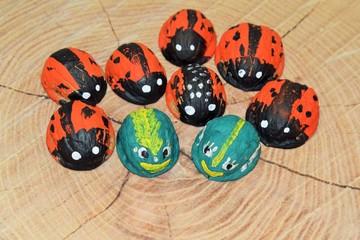 Детское творчество. Фигурки жуков, выполненные из скорлупы грецких орехов © dzmitry_2014
