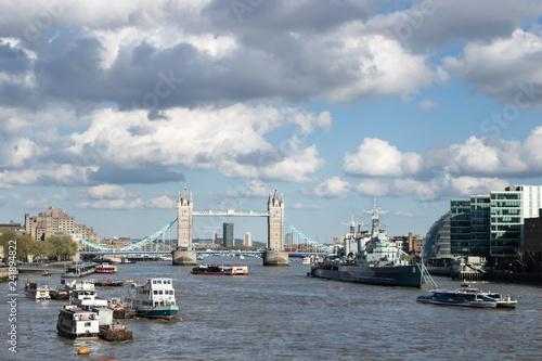 Tower Bridge und Schiffe