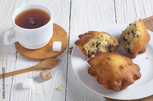 Cupcakes with raisins and tea