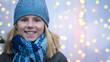 Leinwanddruck Bild - Lachendes Mädchen in Winterkleidung vor leuchtendem Bokeh bei einem Fest im Winter