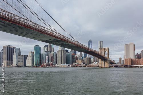 Foto Murales Manhattan skyline viewed from Brooklyn with Brooklyn bridge, in New York City, USA