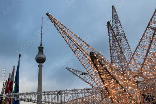 Berliner Fernsehturm in der Dämmerung, Weihnachtsbeleuchtung, Abendbeleuchtung