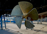 L'elica di un motoscafo in un cantiere navale.  - 242022216