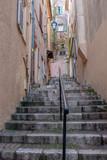 rue typique à Cannes - 242024288