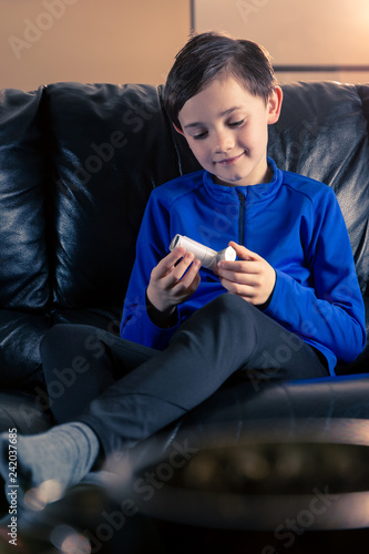 Foto Murales Boy holding asthma inhaler