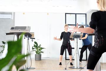 fitness w klubie. Kobieta ćwiczy w specjalnym stroju do stymulacji mięśni. © Robert Przybysz