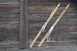 Anciens skis en bois fixé à un chalet