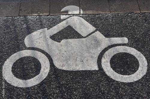 Straßenmarkierung Motorradparkplatz