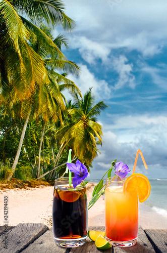 Cocktails unter Palmen an einem Strand in der Karibik