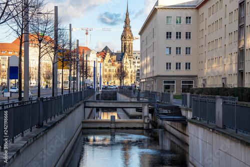 Wasserstadt Leipzig-Fluss Pleisenmühlgraben,Schleussenanlagen,Wohnhäuser und Baustelle im Hintergrund