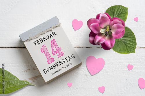 Abreißkalender mit Valentinstag 2019 auf Holzhintergrund - 242198893