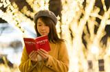 東京クリスマス・原宿・表参道・クリスマスイルミネーション・ガイドブックを持つ女性