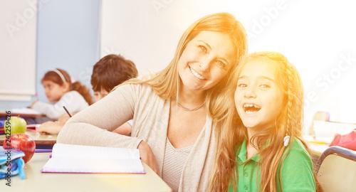 Leinwandbild Motiv Schüler bekommt Nachhilfe Unterricht von Lehrer