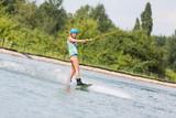 Schöne Frau beim Wassersport