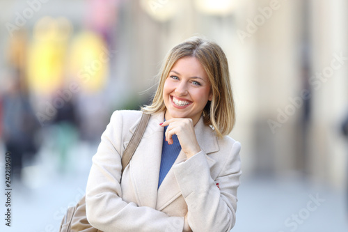 Foto Murales Confident woman looking at camera standing in the street