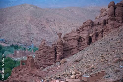 Casas marroquíes tradicionales hechas de tierra en la montaña - 242293498