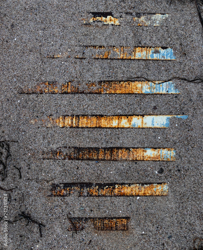 Metallstreben im Sand - 242341874