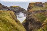 El Carrick-a-rede rope bridge, sobre la costa del norte del Irlanda
