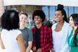 Lachende internationale Jugendliche im Gespräch