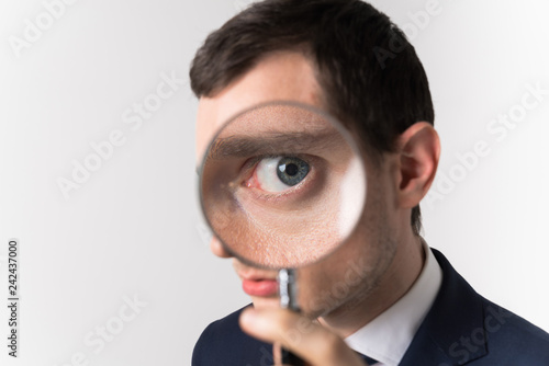Leinwanddruck Bild 虫眼鏡で見る男性