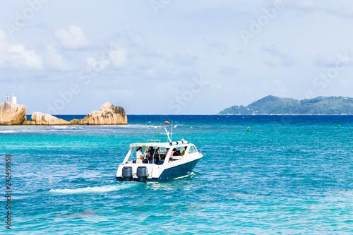 Seychelles bateau quittant la Digue pour Praslin
