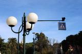 Lampione con tre globi e simbolo stradale pedonale - 242460404