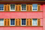 Rotes Wohnhaus, Fenster, Fensterfront - 242487272