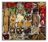 Alles für Weihnachten: Vorratskiste mit sortiertem Gebäck und Deko - 242513676