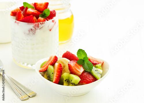Foto Murales Summer salad with strawberries, kiwi and banana.