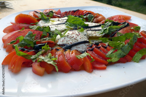 Caprese Salat - 242551657