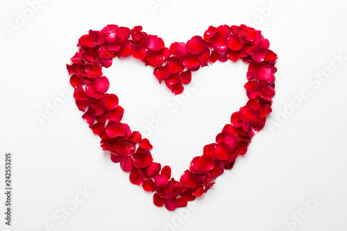 Wall mural Heart of Roses on the white background. Valentines day greeting card.