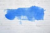 Fototapeta Fototapety dla młodzieży - Weiße Backsteinwand mit blauer Farbfläche © kebox