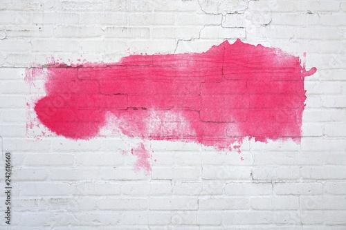 Weiße Backsteinwand mit roter Farbfläche