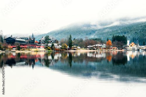 Lagos Titisee y Schluchsee en la Selva Negra, Alemania. Paisaje invernal con perfectos reflejos en el lago y montñas cubiertas de nieve y niebla
